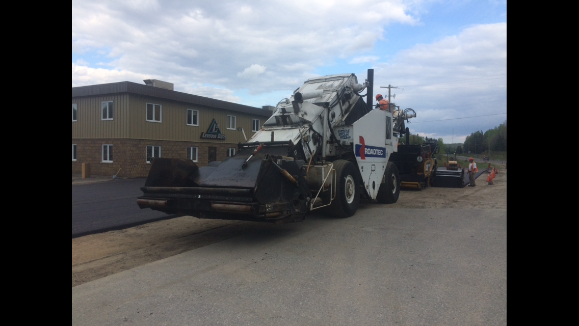 road tech asphalt paving machine